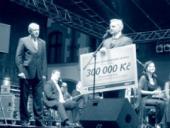 V rámci konference věnovala ODS Olomouckému kraji šek na 300 tisíc korun na odstranění následků povodní. Na snímku Mirek Topolánek a hejtman Olomouckého kraje Ivan Kosatík.